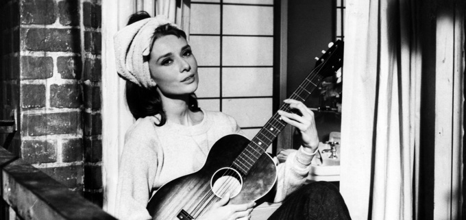 869759-audrey-hepbrun-guitar-breakfast-at-tiffanys